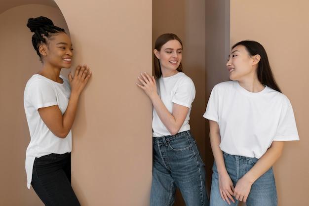Multiculturele vrouwen glimlachen