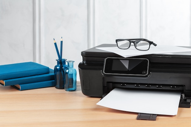 Multifunctionele printermachine klaar om af te drukken