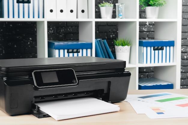 Multifunctionele printermachine klaar voor afdrukken, kopiëren en scannen op kantoor