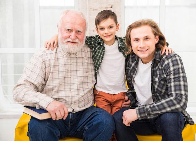 Multigenerationele mannen kijken naar de camera