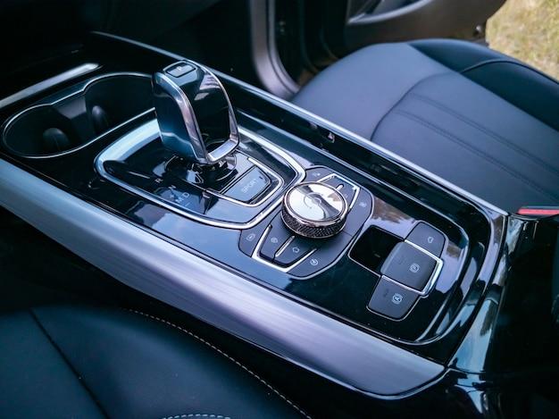 Multimediasysteembediening en versnellingspookinterieur van modern premium auto-aanraakpaneel in premium auto