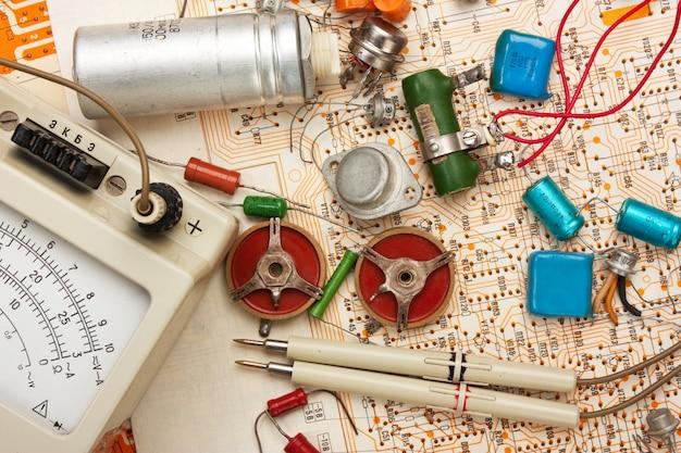 Multimeter en elektronische componenten op circuit