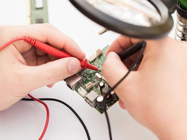 Multimeter gebruiken om een printplaat te controleren