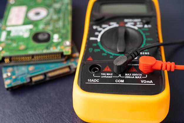 Multimeter met harde schijf computer.