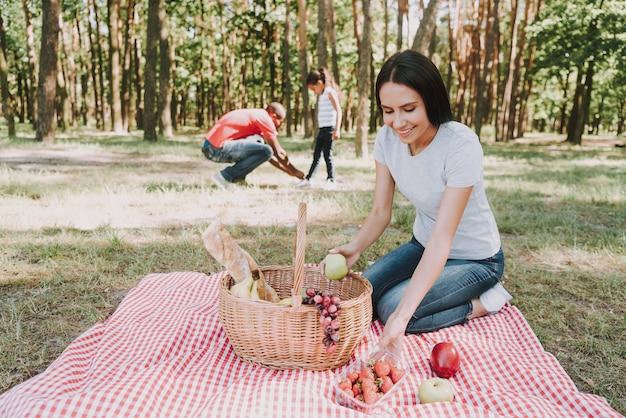 Multinationaal familieconcept. klaar voor de picknick.