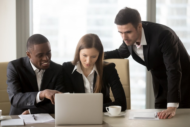 Multinationale bedrijfscollega's die samenwerken