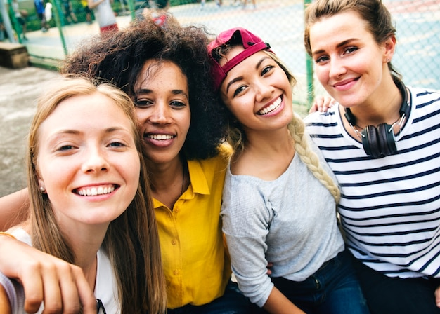 Multinationale meisjesvrienden in de park selfie