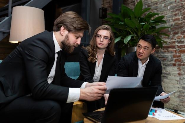 Multinationale zakenmensen doen brainstormen op kantoorvergadering