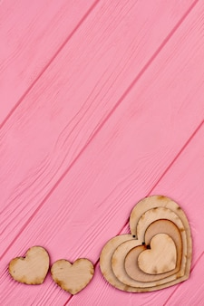 Multiplex harten voor decoraties, kopie ruimte. valentijnsdag of bruiloft banner met houten harten, bovenaanzicht. decoratieve houten hartvorm.
