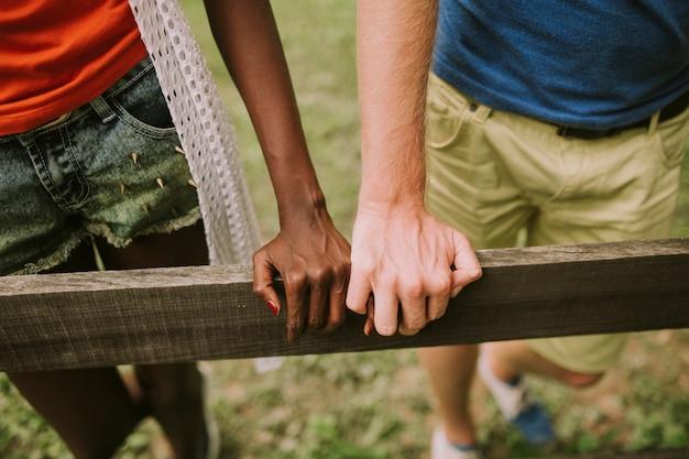 Multiraciaal paar in het park