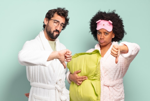 Multiraciaal paar vrienden die zich boos, boos, geïrriteerd, teleurgesteld of ontevreden voelen