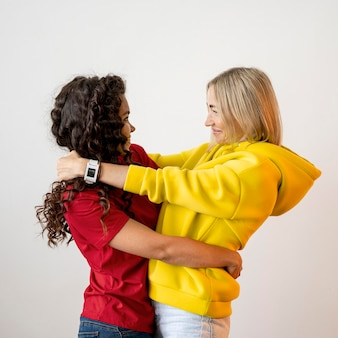 Multiraciale beste vrienden kijken elkaar aan