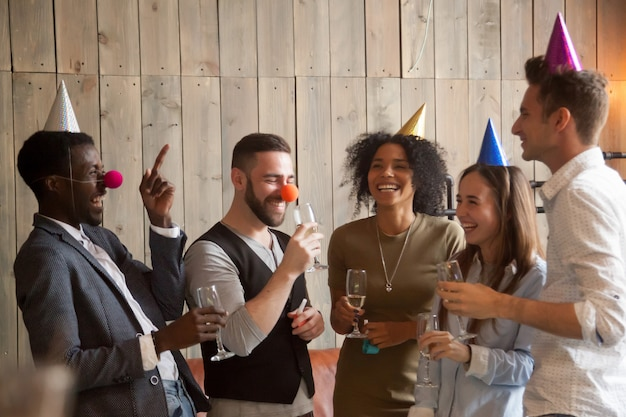 Multiraciale diverse vrienden een grapje lachen plezier celebrati