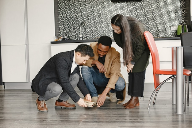 Multiraciale familie die thuisoverleg krijgt. kies kleuren voor vloer.