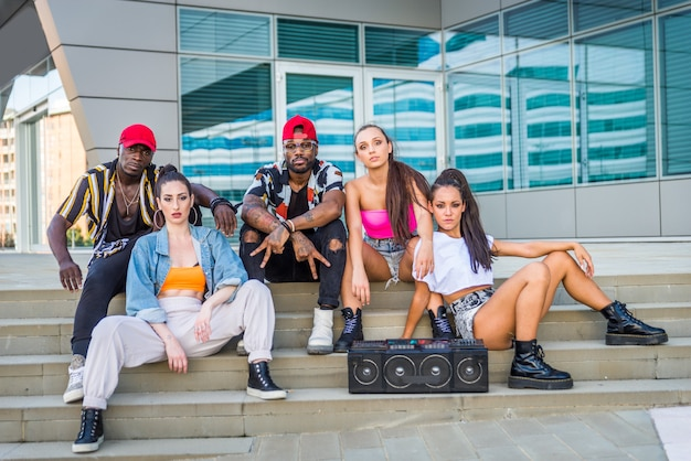 Multiraciale groep hiphopbemanning dansen