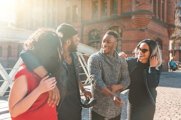 Multiraciale groep vrienden met plezier en lachen samen