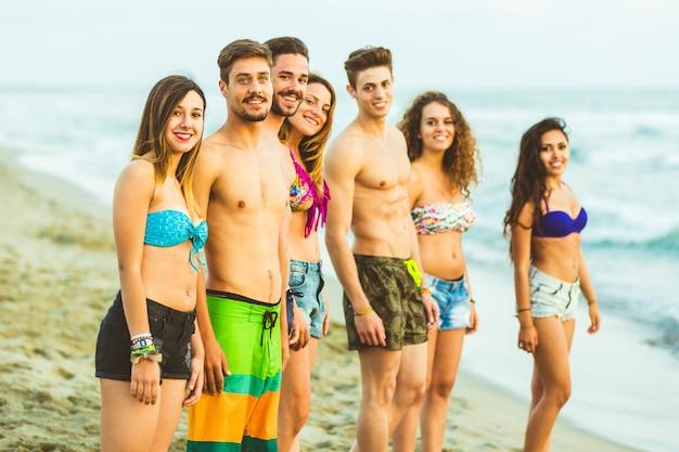 Multiraciale groep vrienden op het strand