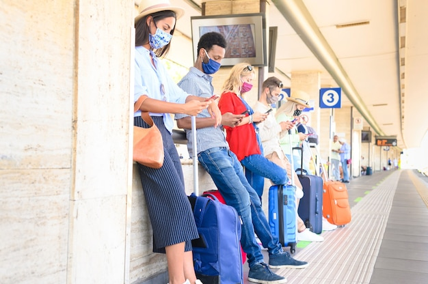 Multiraciale groep vrienden op treinstation