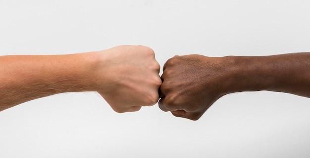 Multiraciale handen komen samen