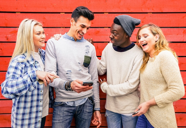 Multiraciale hipster beste vriendengroep die plezier heeft samen met smartphone
