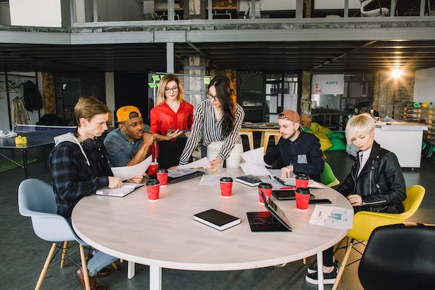 Multiraciale jonge creatieve mensen in modern kantoor. groep jonge mensen uit het bedrijfsleven werken samen met laptop, tablet, slimme telefoon, laptop. succesvol hipster-team in coworking. freelancers.