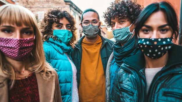 Multiraciale jongeren met gezichtsmasker