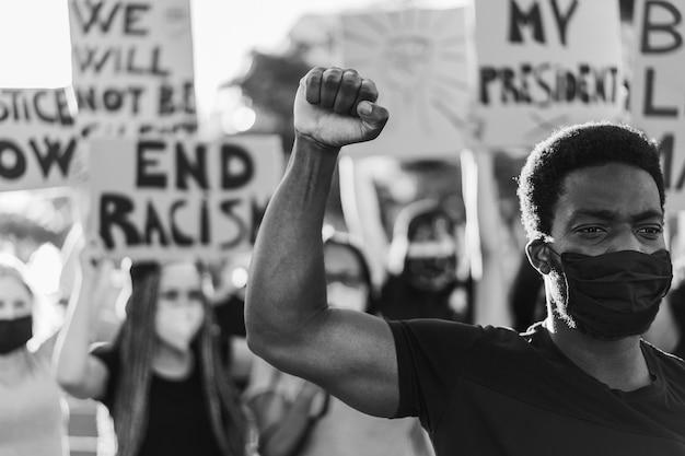 Multiraciale mensen die gezichtsmasker dragen tijdens gelijke rechtenprotest