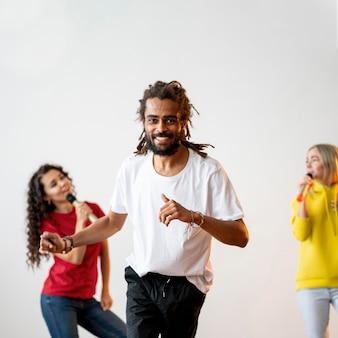 Multiraciale mensen die samen feesten