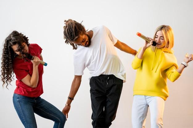 Multiraciale mensen die samen zingen