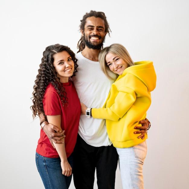 Multiraciale mensen houden elkaar vast