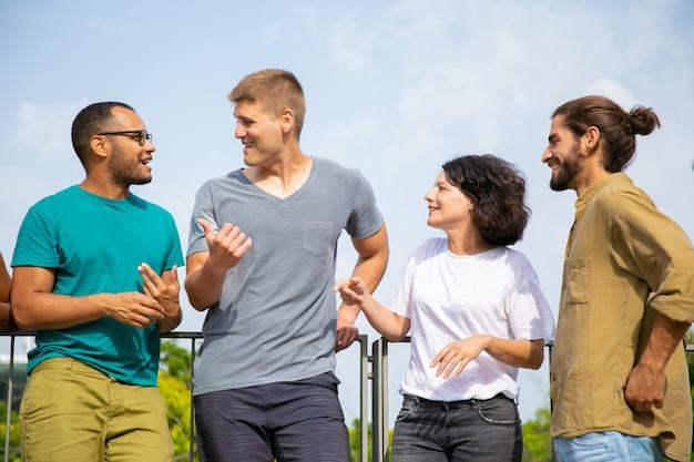 Multiraciale mensen praten buitenshuis