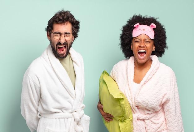 Multiraciale paar vrienden die agressief schreeuwen, erg boos kijken