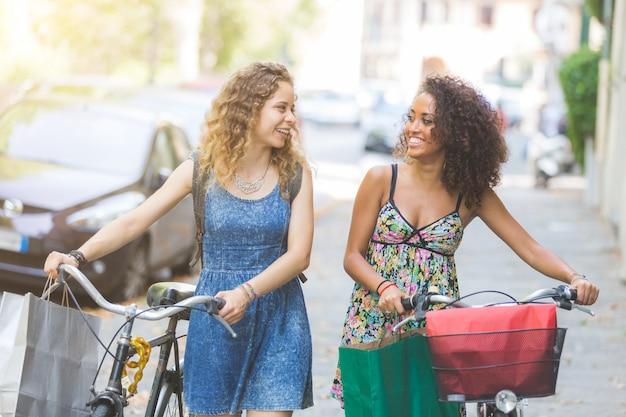 Multiraciale paar vrienden met fietsen.