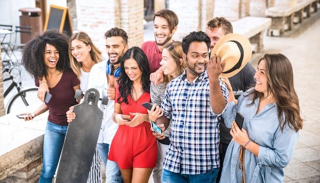 Multiraciale vrienden die en in stadscentrum lopen zitten spreken