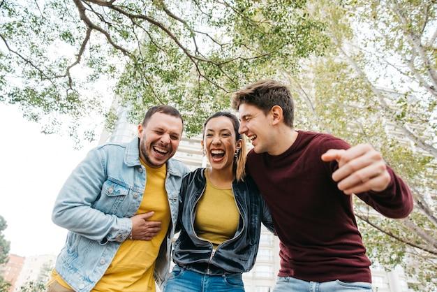 Multiraciale vrienden in vrijetijdskleding lachen
