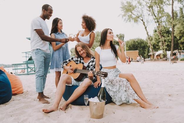 Multiraciale vrienden op zomervakantie in de buurt van zee.