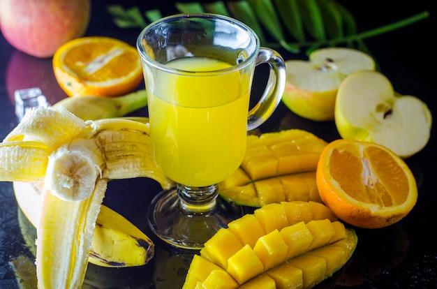 Multivitamine en multifruitsap in een middelgrote fruitbeker op tafel