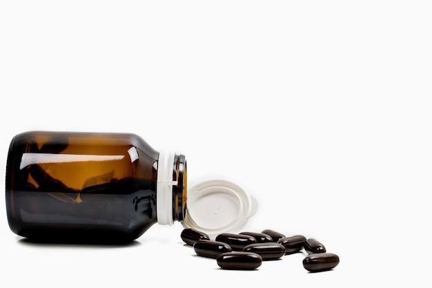 Multivitamins capsule pillen voor zwangere vrouw met barnsteen fles met lege label en kopie ruimte