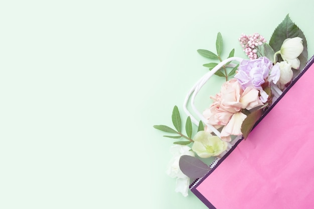 Multy doel verse bloem samenstelling op groene achtergrond. internationale vrouwendag, moederdag groet concept. kopieer de ruimte, close-up, bovenaanzicht, plat lag, achtergrond.