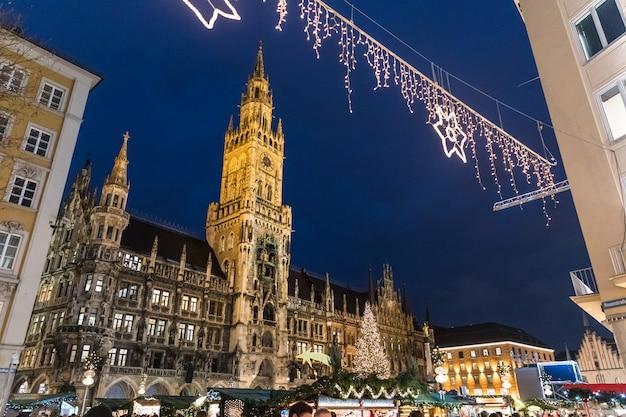 München rathaus met kerstboom en decoraties
