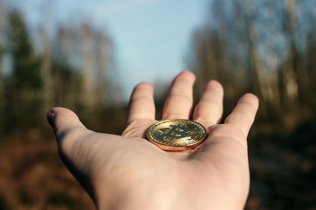Munt bitcoin bij de hand