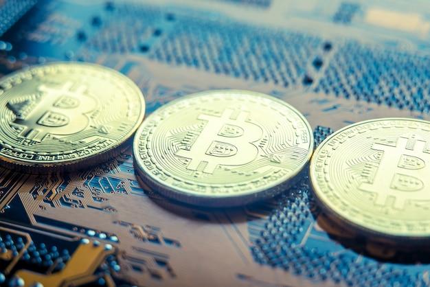 Munt bitcoin op het elektronische bord. mijnbouw cryptocurrency