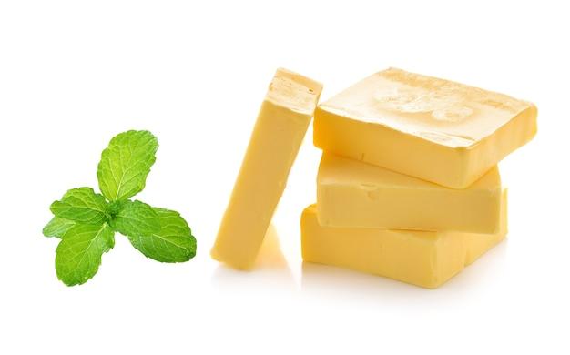 Munt en boter die op witte achtergrond wordt geïsoleerd