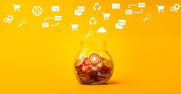 Munt in glazen fles geld besparen en goed gebruiken zakelijk idee en groei