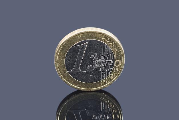Munt van één euro op grijze achtergrond