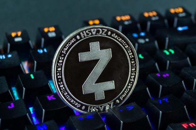 Muntcryptocurrency zcash close-up van het kleurgecodeerde toetsenbord.
