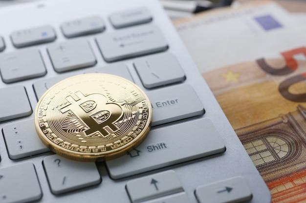 Muntcryptomunt bitcoin ligt op het toetsenbord