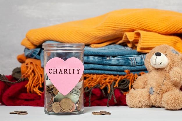 Munten, bankbiljetten in geld pot en doos met donaties