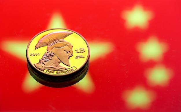 Munten bitcoin, tegen de achtergrond van de chinese vlag