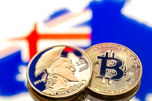 Munten bitcoin, tegen de australische en de australische vlag, concept van virtueel geld, close-up. conceptueel beeld.